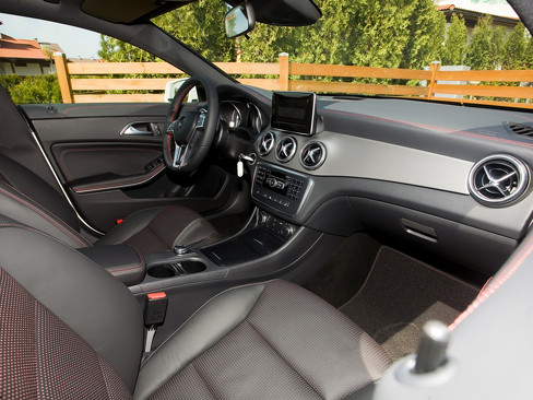 Интерьер Mercedes-Benz CLA 2013